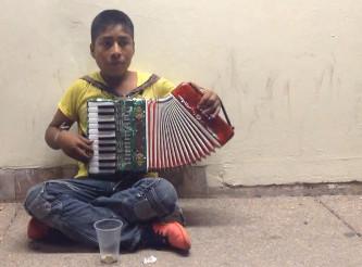 adolecente_tarahumara_tocando_acordion_calle_victoria_chihuahua